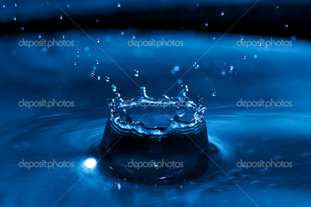 Clear water drop splash on water surface. Close-up picture with high speed flash. — Stock Photo #9577110