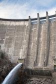 Lo scarico dell'acqua della diga — Foto Stock