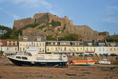 View of Mont Orgueil diring low-tide — Stock Photo
