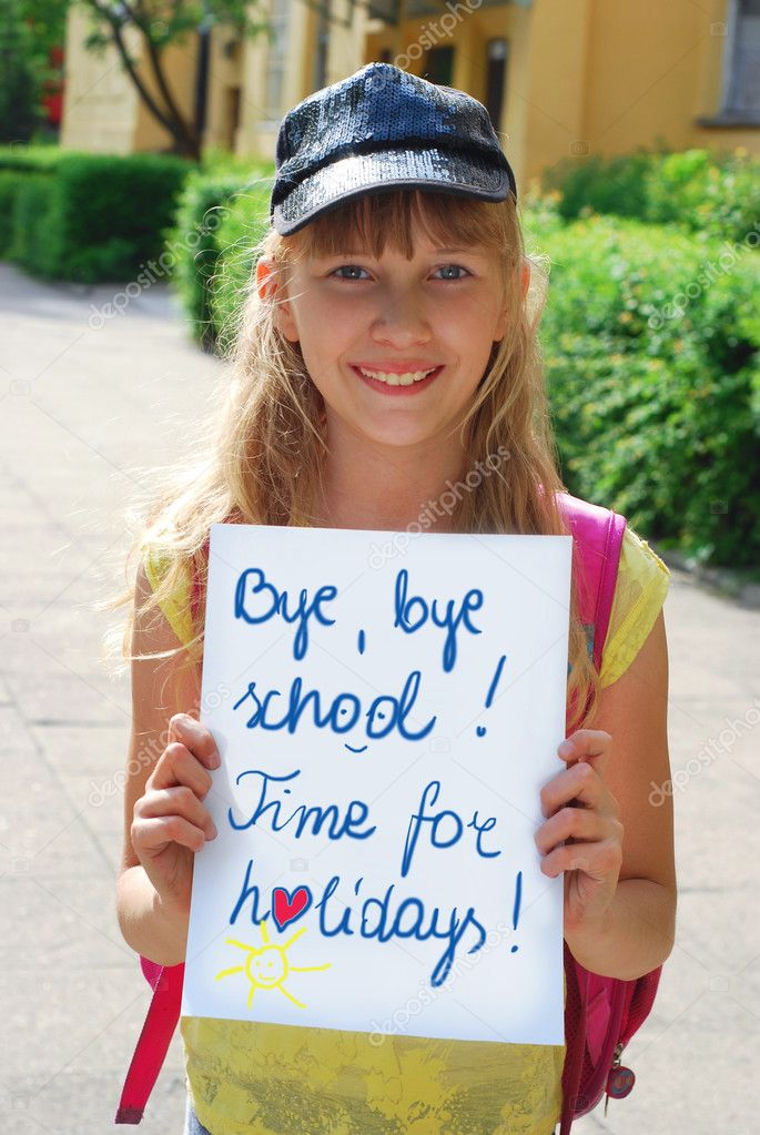 "Schoolgirl holding board with written text ""Bye,bye school.Time for holidays."" — Stock Photo #10550349"