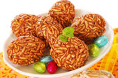 Toffee and puffed rice eggs — Stock Photo