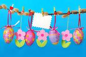 Frontera de pascua con los huevos colgando — Foto de Stock