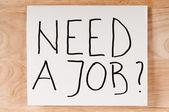 Papier avec le marqueur inscription besoin d'un emploi. — Photo
