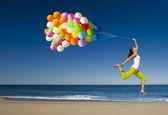 Saltando con palloncini — Foto Stock
