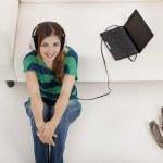 ascoltare musica su un computer portatile — Foto Stock