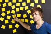 黄色のメモを指しています。 — Stock fotografie