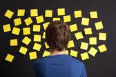 Olhando para os lembretes amarelos — Foto Stock