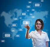 Zakenvrouw te drukken messaging type — Stockfoto