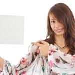 giovane donna che punta alla scheda vuota in mano — Foto Stock