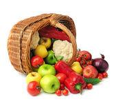 Frutta e verdura nel cestino — Foto Stock
