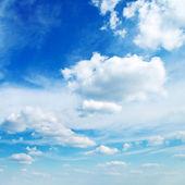 гористая местность и голубое небо — Стоковое фото