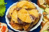 Beredda meatmaten med ananas på en tallrik — Stockfoto