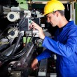 Operator operating industrial printing press - Foto Stock