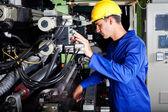 Operatören fungerande industriella tryckpress — Stockfoto