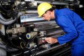Modern sanayi baskı makinesi çalıştıran yazıcı — Stok fotoğraf