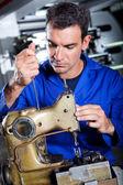 Mekaniker reparerar industriell sömnad machine — Stockfoto