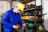 Trabajadora de una fábrica en taller — Foto de Stock