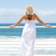Young woman viewing seascape — Stock Photo