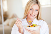 Young woman eating healthy breakfast — Stock Photo