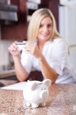 Ung kvinna spara pengar — Stockfoto
