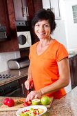 Średniej wieku kobieta gotowania — Zdjęcie stockowe