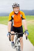 Bicicleta de equitação feliz homem sênior — Fotografia Stock