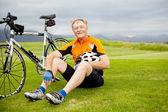 Senior radfahrer eine pause — Stockfoto