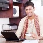 クレジット カードでの若いインド人 — ストック写真