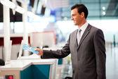 Hombre de negocios en línea aérea compruebe en contador — Foto de Stock