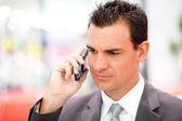 Empresario serio en el teléfono celular — Foto de Stock