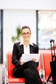 Iş kadını havaalanında tablet kullanma — Stok fotoğraf