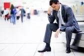 Biznesmen stracił bagaż na lotnisku — Zdjęcie stockowe
