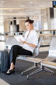 Zakenvrouw met behulp van tablet pc op luchthaven — Stockfoto