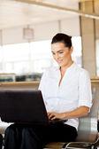 女商人在机场使用便携式计算机 — 图库照片