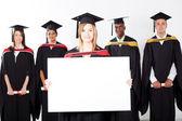 Ziemlich weibliche absolventin halten weiße tafel — Stockfoto