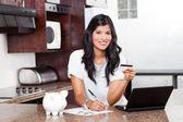 Schöne indianerin kreditkartenrechnungen bezahlen — Stockfoto