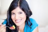 Donna giovane sana mangiare insalata — Foto Stock