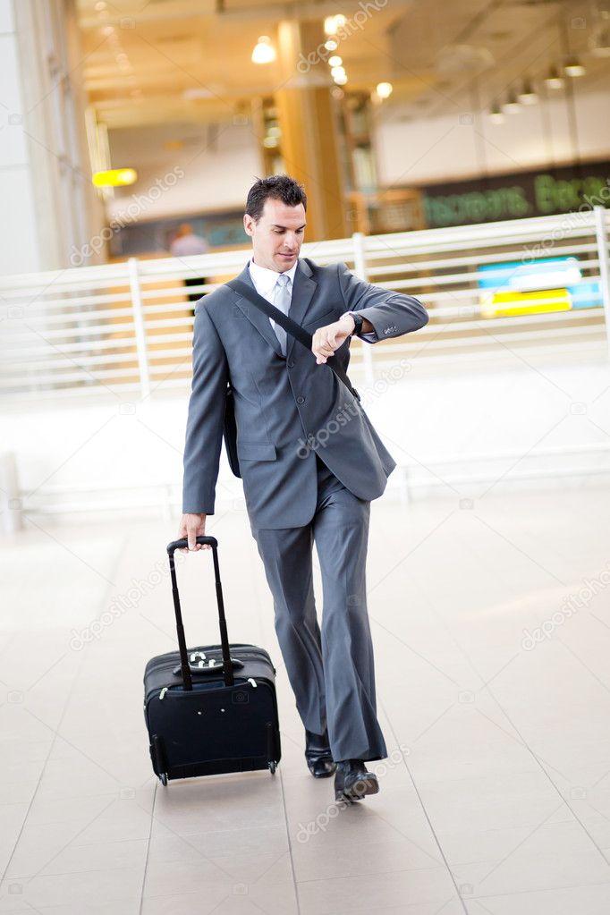 商人奔波在机场赶飞机– 图库图片