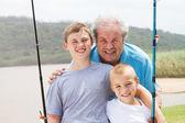 Abuelo y nietos de pesca — Foto de Stock