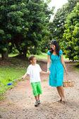 мать и сын, ходить в фруктовый сад — Стоковое фото