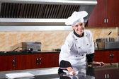 Vrouwelijke chef-kok schoonmaken keuken — Stockfoto