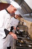Jovens chefs profissionais na cozinha — Foto Stock