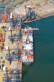 Buque descarga de contenedores en el puerto de durban, sudáfrica — Foto de Stock