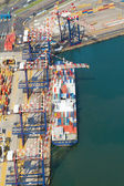 Vessel offloading containers at durban harbour, south africa — Stock Photo