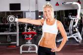 在健身房健身女人 — 图库照片