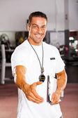 Vriendelijke persoonlijke trainer handbewegingen — Stockfoto