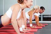 фитнес, делать отжимания — Стоковое фото