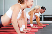 Fitness doing pushups — Stock Photo