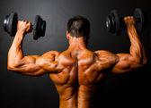 Bodybuilder opleiding met halters — Stockfoto