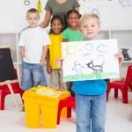 Anaokulu Çocuk resmini sınıf arkadaşları önünde tutan — Stok fotoğraf